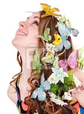 Fille avec papillon et de fleurs sur la tête. Cheveux printemps.