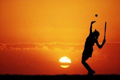 Image fille jouant au tennis au coucher du soleil