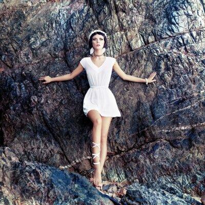 Image fille sensuelle sur les rochers