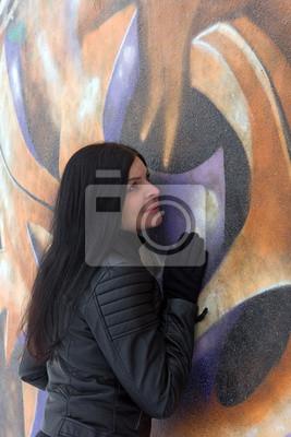 fille sur fond de graffiti