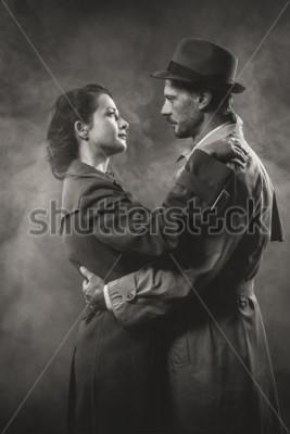 Image Film noir: couple d'amoureux romantique s'embrassant dans le noir, dans le style des années 1950
