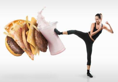 Image Fit la jeune femme qui se bat au large fast-food