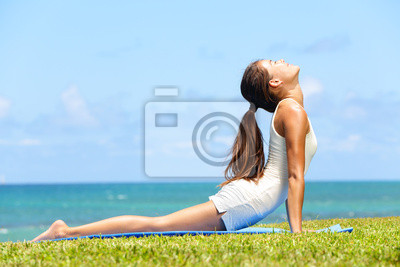 Fitness femme de yoga stretching dans cobra pose