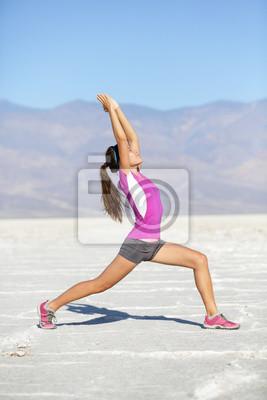 Fitness femme de yoga stretching guerrier une pose