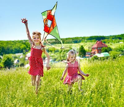 Flying Kids cerf-volant en plein air.