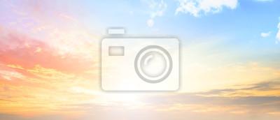 Image Fond de concept de ciel coloré: coucher de soleil dramatique avec ciel couleur et crépuscule