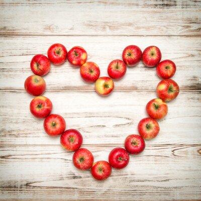 Image Fond rouge en forme de coeur de pommes rouges. Amour, concept, vendange