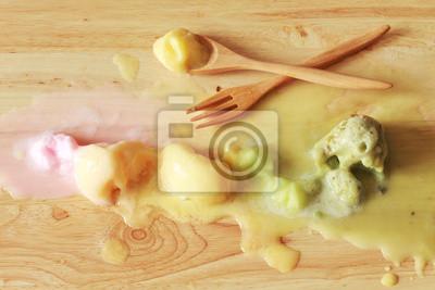 fonte de la crème glacée coloré boules dans une rangée avec une cuillère et une fourchette