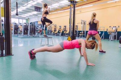Image Formation de groupe de femmes dans un circuit crossfit