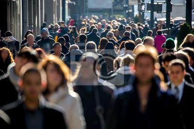 Image Foule anonyme de personnes marchant sur la rue de la ville