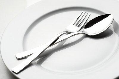 Image fourchette et cuillère sur plaque blanche