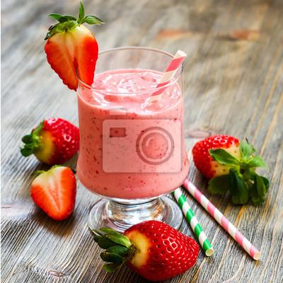 Fraîche et froide smoothie aux fraises saine