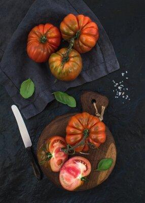 Image Frais, mûre, cheveux, tomates, basilic, feuilles, rustique, bois, planche, noir, pierre, fond
