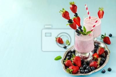 Fresh strawberry sain et un smoothie aux bleuets, milk-shake, somme