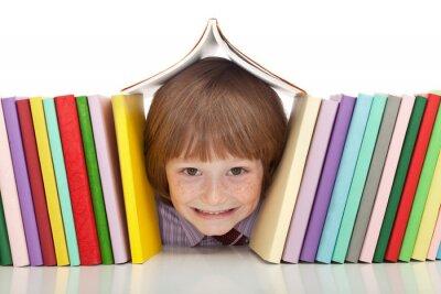 Image Garçon heureux avec des livres colorés