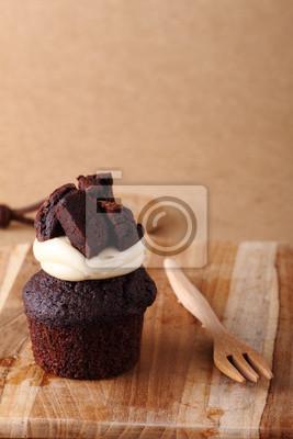 gâteau au chocolat sur la plaque en bois