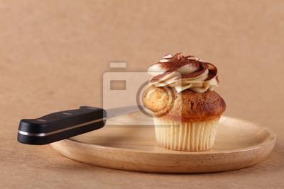gâteau sur la plaque avec un couteau
