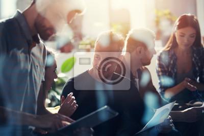 Image Gens d'affaires connectés sur le réseau internet avec une tablette. concept de start-up. double exposition