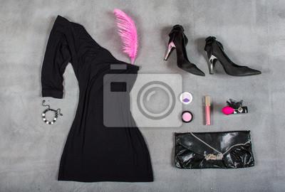 Glamorous femme mis sur un fond gris. Robe, parfum, sac à main, rouge à lèvres, plume