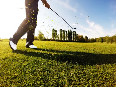 Image Golfeur effectue un coup de golf sur le fairway.