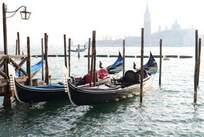 Image Gondola traditionnelle sur le Canal Grande avec église San Giorgio Maggiore