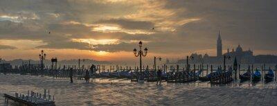 Image Gondoles de la Place Saint Marc pendant le lever du soleil avec San Giorgio di église de Majeur, dans le fond à Venise Italie