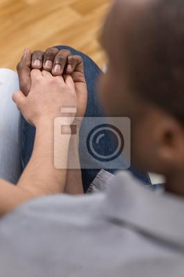 Couples noirs retenant des mains