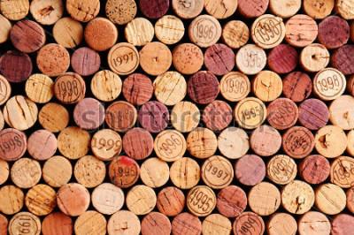 Image Gros plan d'un mur de bouchons en liège. Une sélection aléatoire de bouchons de vin utilisé, certain avec des millésimes. Format horizontal qui remplit le cadre.