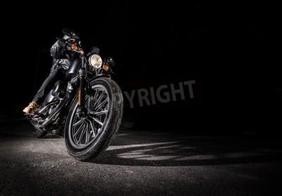 Image Gros plan d'une moto de haute puissance la nuit, chopper.