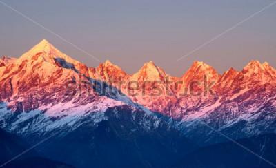 Image gros plan des photos montagneux rougeâtres au coucher du soleil