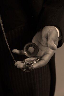 Image Gros plan sur la main de l'homme afro-américain tenant un timepiec millésime