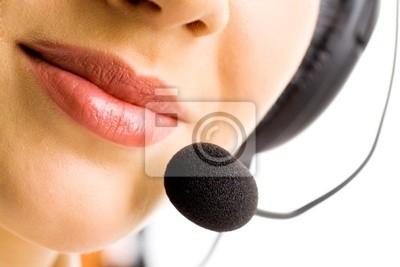 Gros plan sur les lèvres de femme d'affaires avec microphone