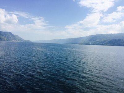 Image Großer See mit Bergen und blauen Himmel