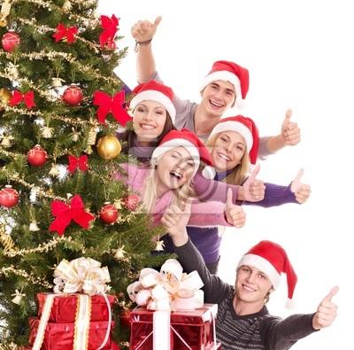 Groupe de jeunes dans le chapeau de santa montrent pouce.