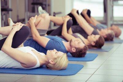 Image gruppe macht Dehnübungen im centre de fitness