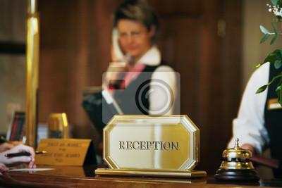 hall d'accueil luxueux avec réceptionniste téléphonant