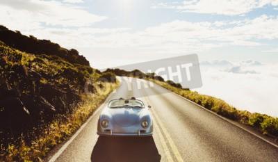 Image Happy Couple Conduite sur Country Road dans l'environnement Classic Vintage Sports Car
