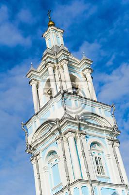 Haute église orthodoxe sur un fond de ciel bleu. renforcement des beffroi