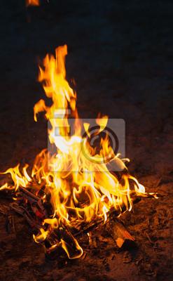 haute flamme d'un feu de joie. Incendie dans la nuit