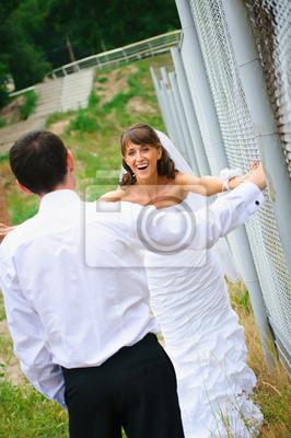 heureuse mariée sourire et marié à regarder les uns les autres