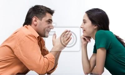 Heureux couple ayant conversation face à face