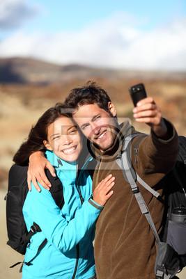 Heureux jeune couple randonnée en plein air