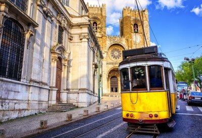 Image Historique tram jaune en face de la cathédrale de Lisbonne, Lisbonne,