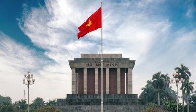 Image Ho Chi Minh mausolée à Hanoi avec drapeau communiste rouge