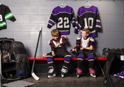 Image Hockey Arena garçons dans Rink dressing