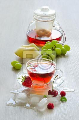 Ice tea avec des baies et des cubes de glace