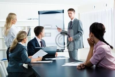 Image de gens d'affaires à puce en regardant leur chef