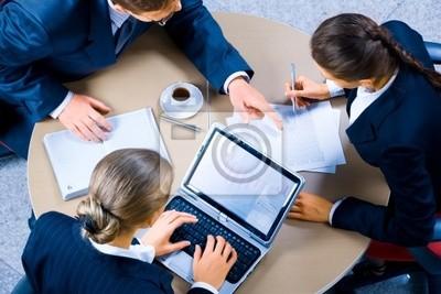 Image de trois hommes d'affaires travaillant à la réunion