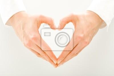 Image des mains de la femme faite en forme de coeur