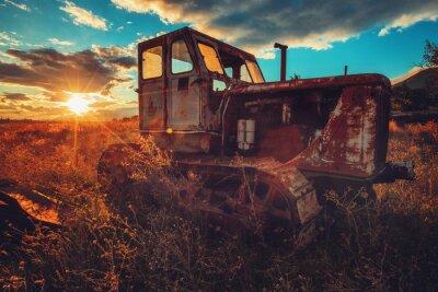 Image Image HDR du vieux tracteur rouillé dans un champ. Coucher de soleil